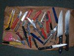 МИГРАНТИ КРИЛИ 36 НОЖЕВА: У претресима објеката које користе мигранти у Бихаћу пронађени ножеви, палице, чекићи…
