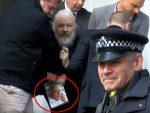ЛОНДОН: Приликом хапшења Асанж у рукама држао симбол противника НАТО агресије на Србе
