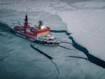 """Импресиван снимак """"руске ајкуле"""" у акцији: Нуклеарни ледоломац """"Јамал"""" сече Арктик"""