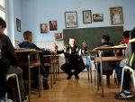 ИСТИНСКА ЈЕ ГРЕХОТА ГАСИТИ СЕОСКЕ ШКОЛЕ: Добри директор Раде и његов 241 ђак