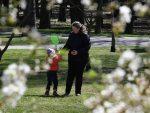 БАЦАЈУ ДРВЉЕ И КАМЕЊЕ НА БЕЛОРУСИЈУ ЗБОГ КОРОНЕ: Лукашенко позива стручњаке да се види ко ту лаже