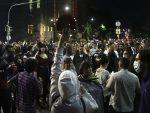 Протест испред Скупштине Србије, део демонстраната покушао пробије кордон полиције на улазу