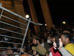 Хаос испред Скупштине: Каменице, сузавац, горела возила, има повређених и ухапшених
