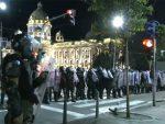 ПРОТЕСТИ У ВИШЕ ГРАДОВА СРБИЈЕ: Сузавац, каменице и бакље испред Скупштине, демонстранти накратко блокирали Мост слободе у Новом Саду