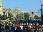 Инцидент испред Скупштине, бачен сузавац, демонстранти се разбежали, инцидент и у Новом Саду