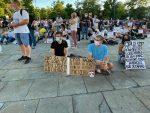 БЕОГРАД: Мирно испред Скупштине, демонстранти седе на улици